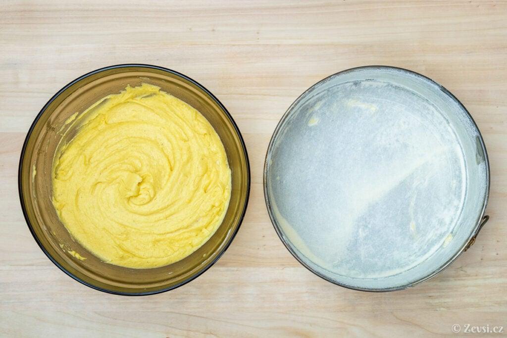 Těsto na koláč, máslem vymazaná a moukou vysypaná dortová forma.