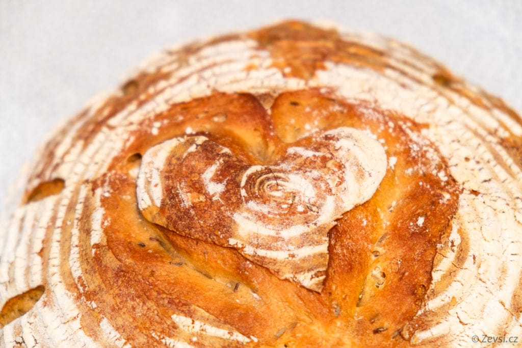 Sváteční světlý výražkový chléb.