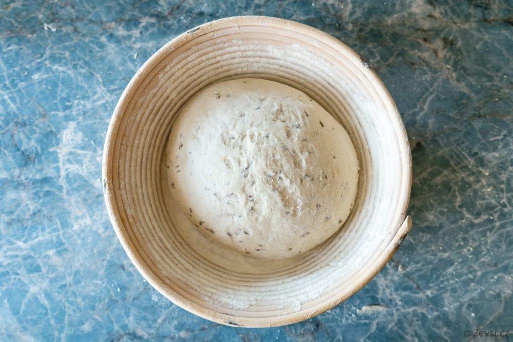 Pecen budoucího chleba v ošatce.