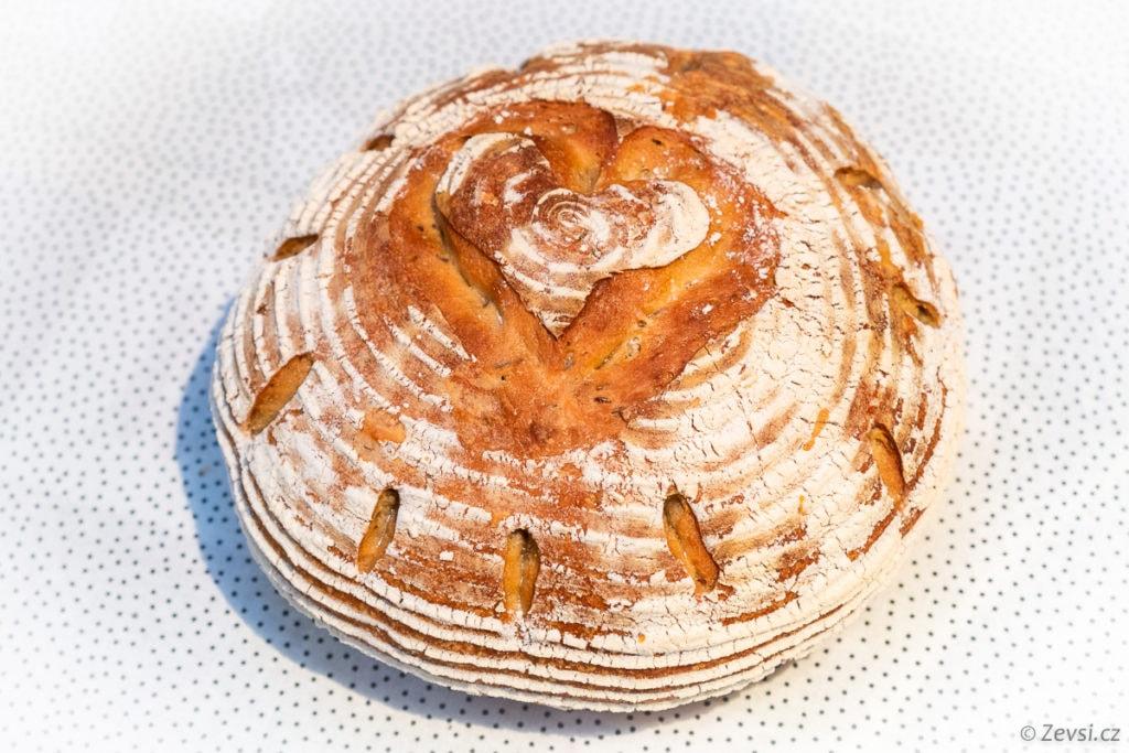 Čerstvě upečený křupavý pecen chleba se srdcem.