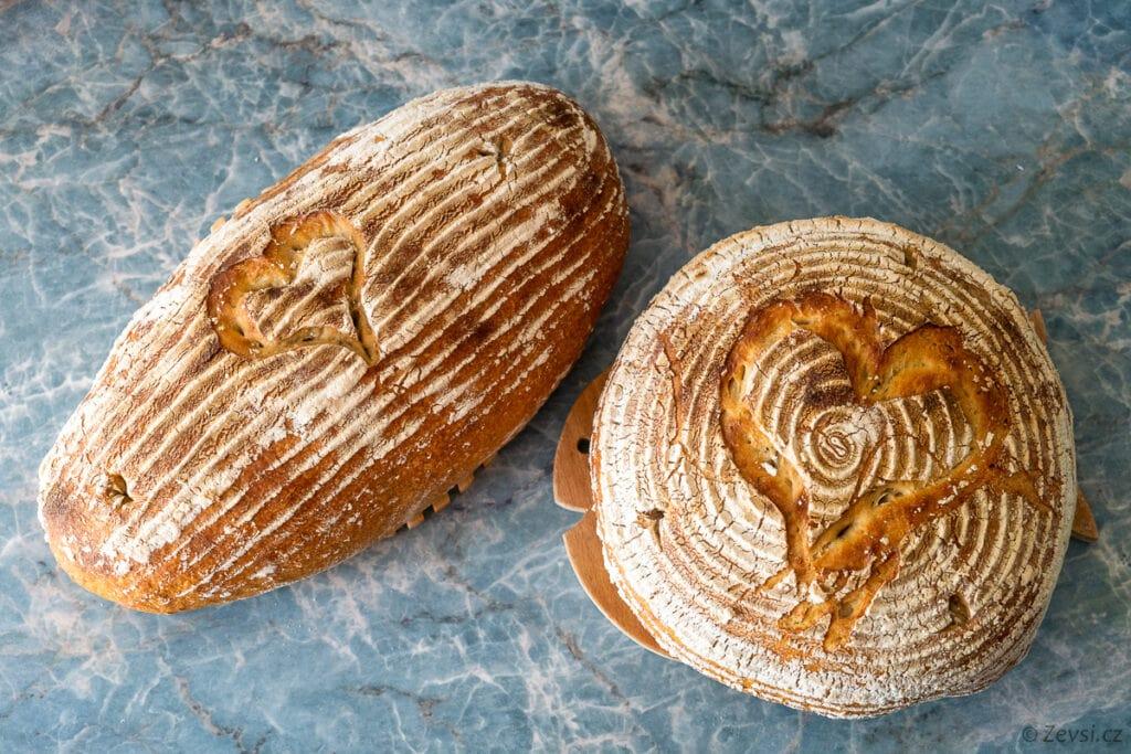 Bochník a pecen domácího kváskového chleba.