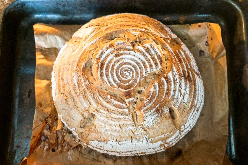Pecen kváskového chleba po první fázi pečení.