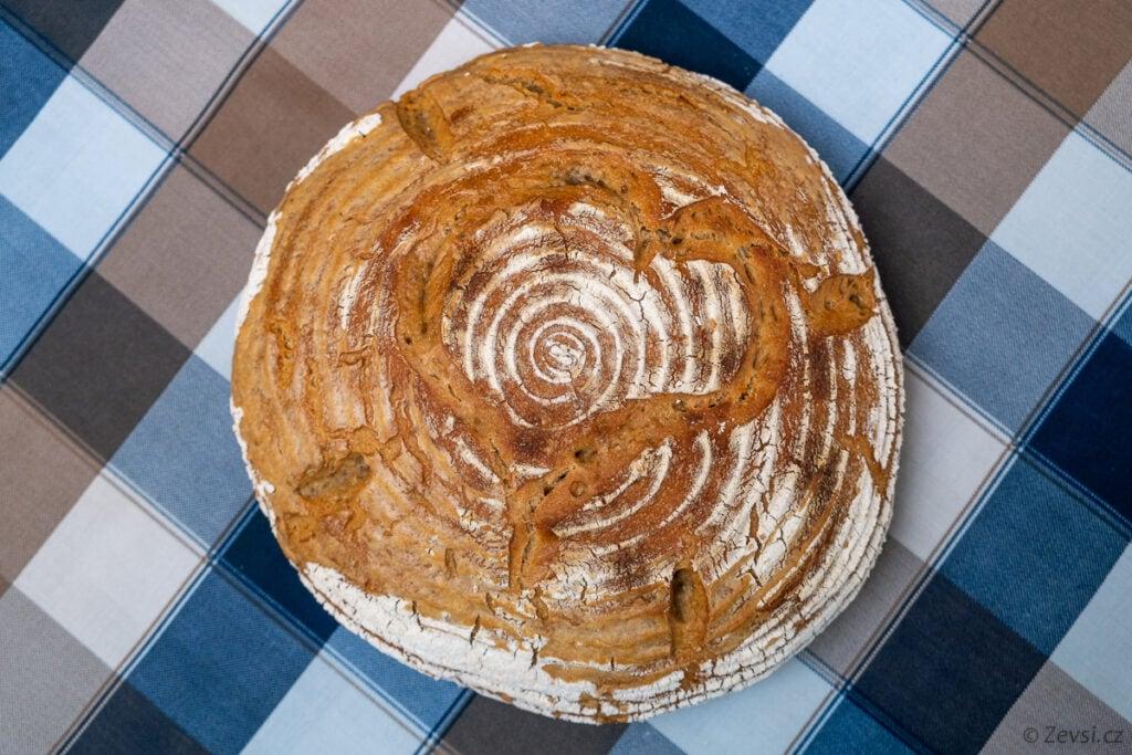 Pecen domácího chleba z kvásku.