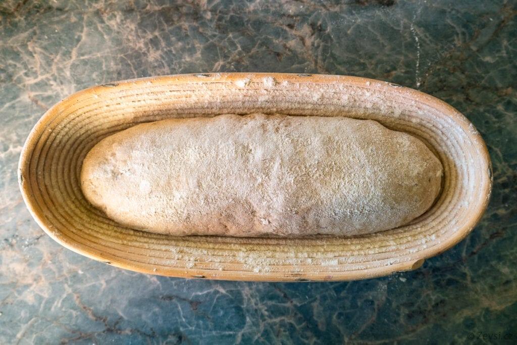 Chlebové těsto v ošatce před 2. kynutím.