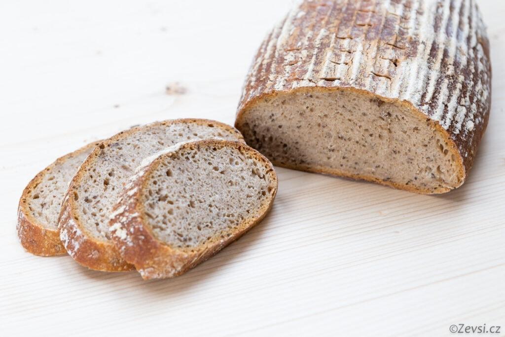 Čerstvě upečený kváskový chléb Šumava.