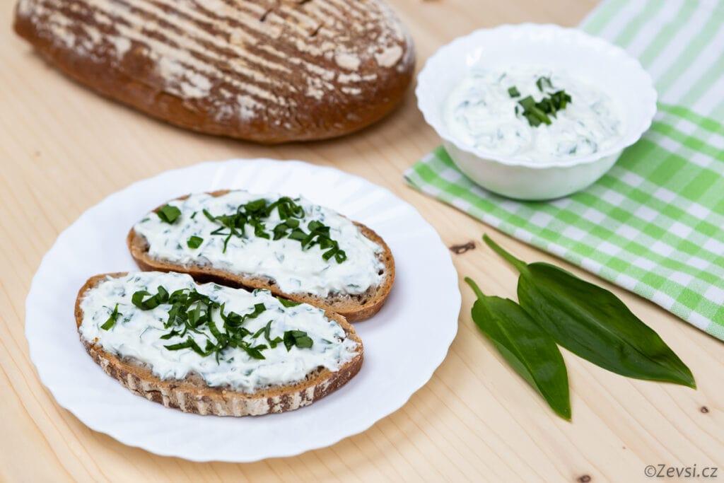 Na čerstvý krajíc chleba čerstvý česnek.