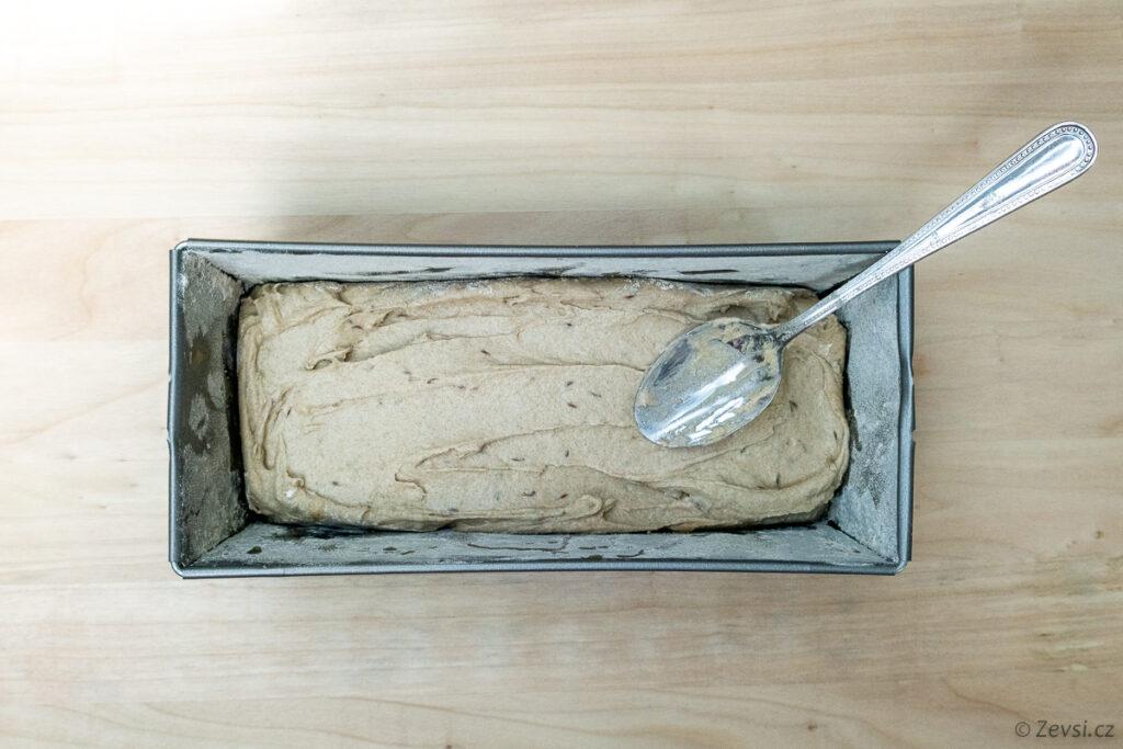 Chlebové těsto ve formě.