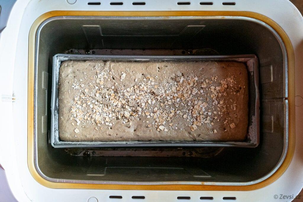 Kváskový chléb ve formě v malé pekárně.