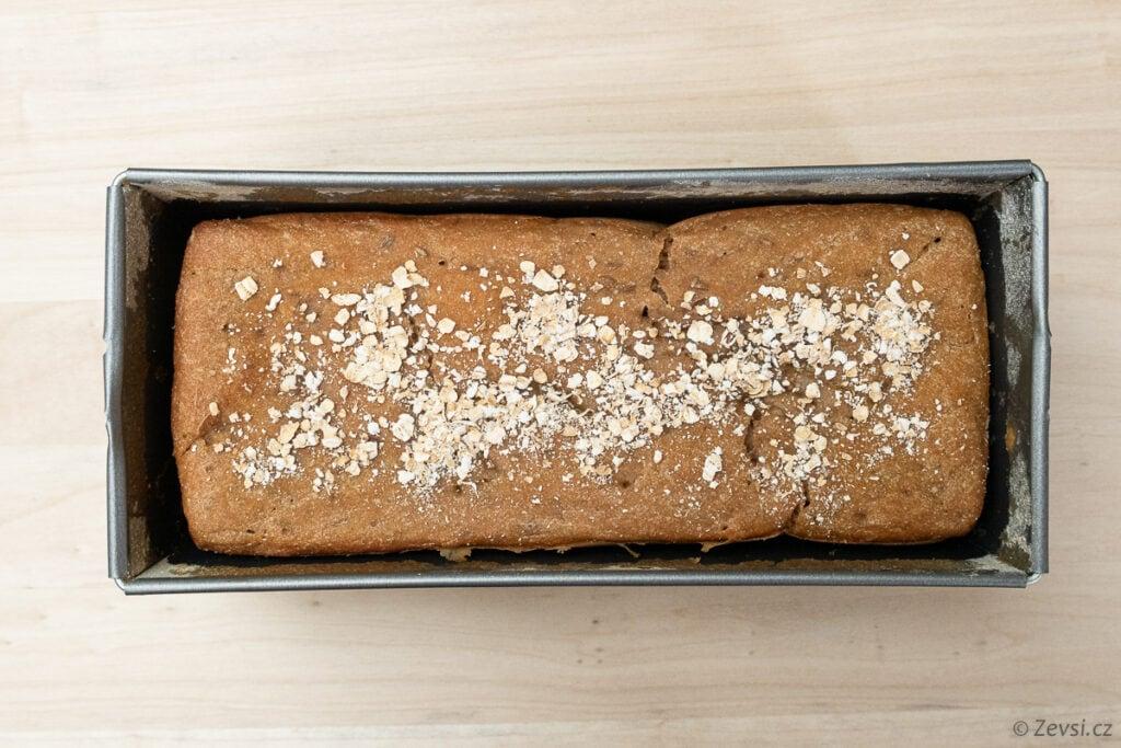Kváskový chléb po upečení ve formě.