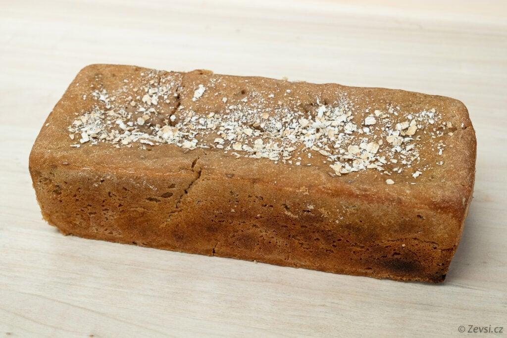Celožitný kváskový chléb z formy.