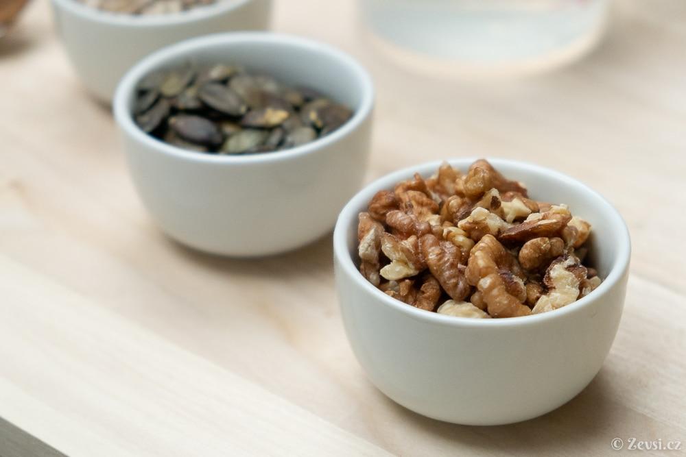 Jádra vlašských ořechů pro ořechový chléb.