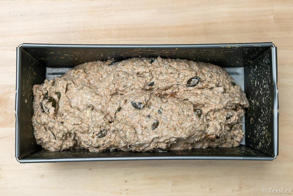 Celozrnný chléb po přesunutí do formy na pečení.