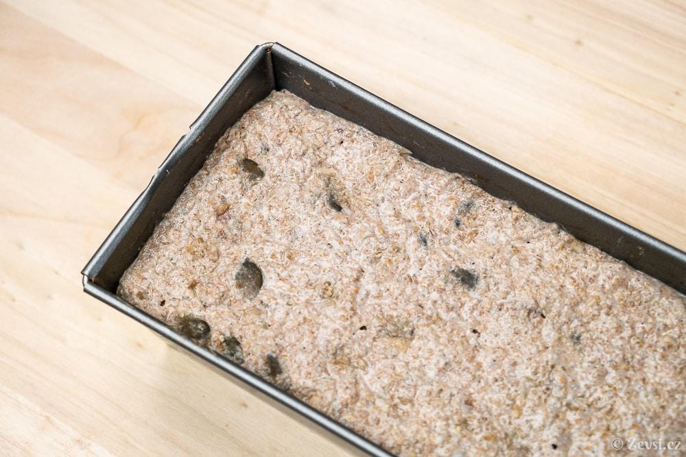 Trhankovo-špaldový celozrnný chléb se semínky po vykynutí.