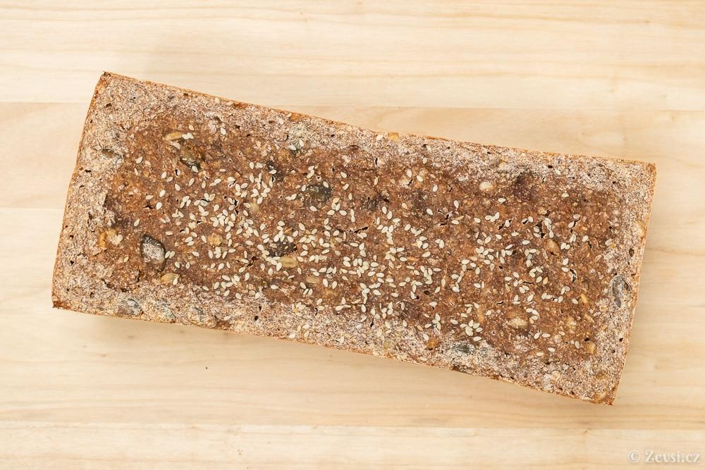 "Chléb ""brick"" – žitno-špaldová cihla, posypaná sezamem."
