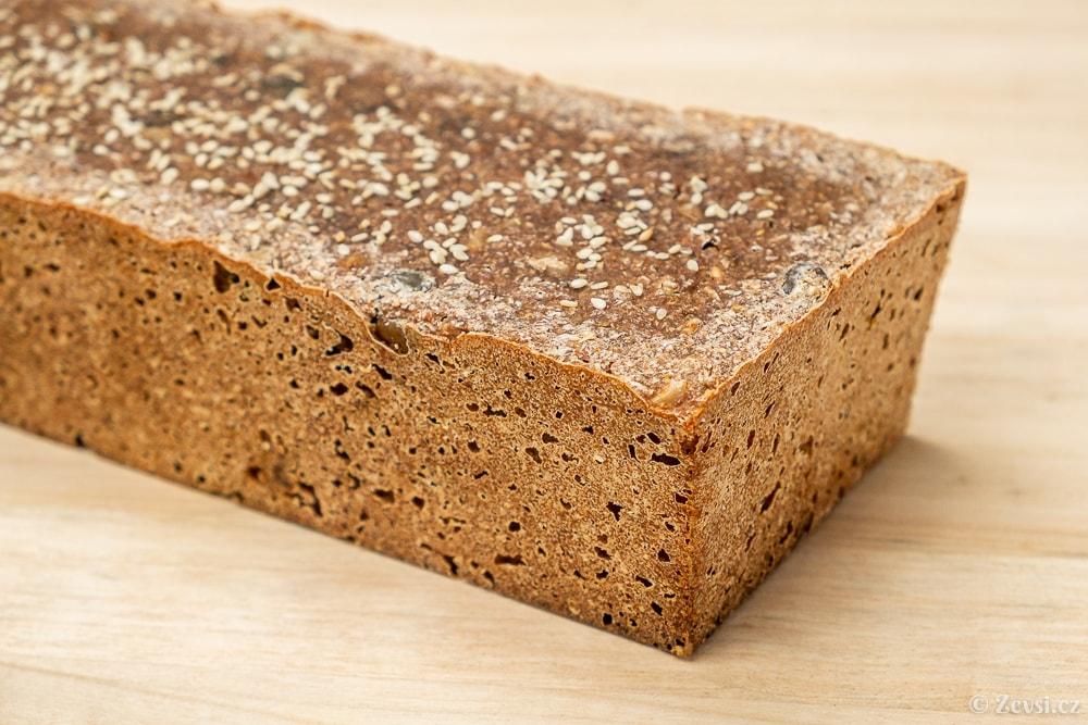 """Chléb """"brick"""" – žitno-špaldová cihla."""