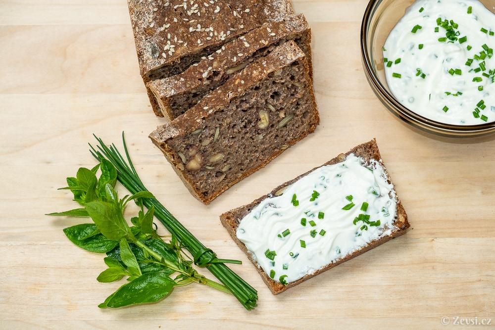 Žitný trhankový, špaldový chléb z kvásku s tvarohovo-bylinkovou pomazánkou.