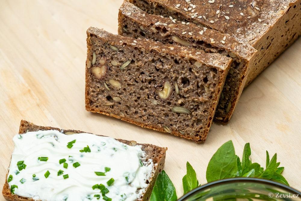 Trhankovo-špaldový celozrnný kváskový chléb s ořechy a semínky.