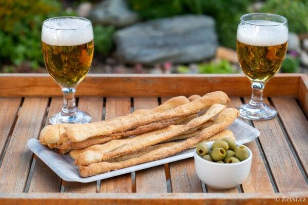 Sýrové tyčinky – italské Grissini dobře chutnají k olivám a pivu.