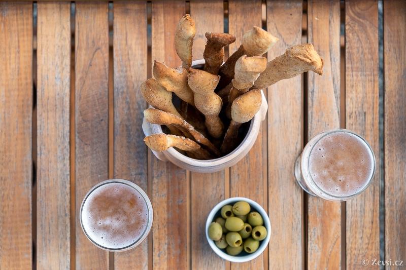 Italské tyčinky Grissini, olivy a pivo či víno – ideální kombinace.