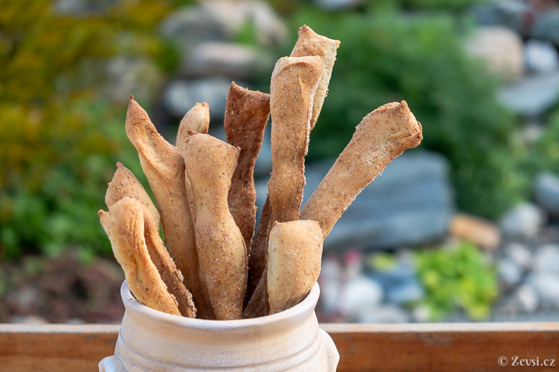 Italský tenký křupavý chléb – tyčinky Grissini z kraje Piemont.