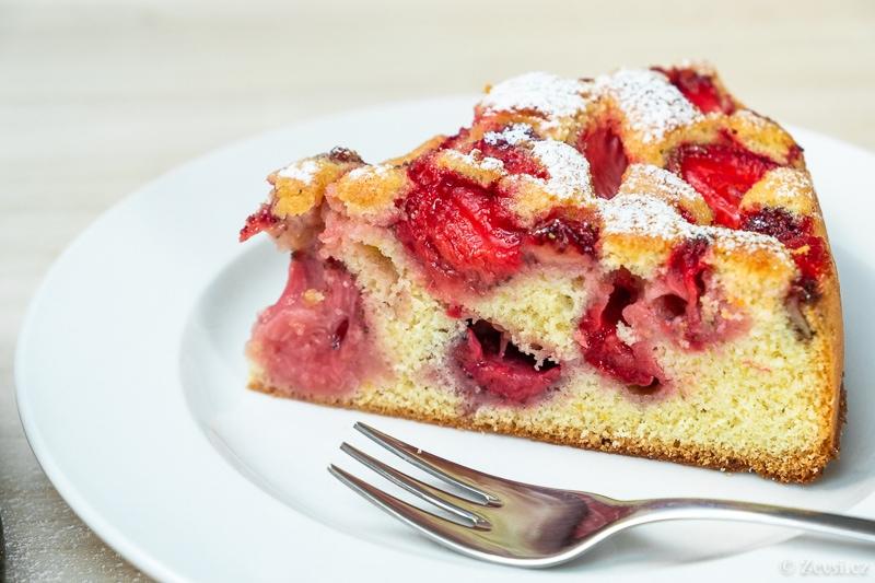 Jahodový koláč v piškotovém těstě.