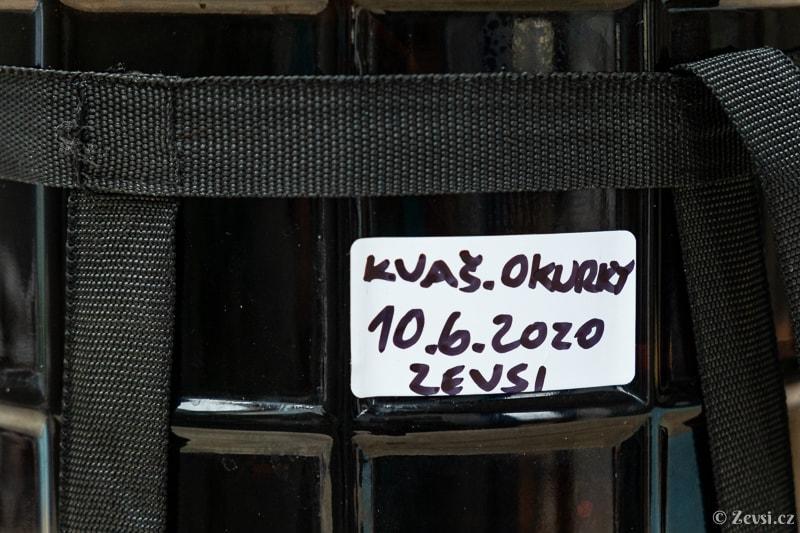 Kvasná nádoba se štítkem s datem založení.