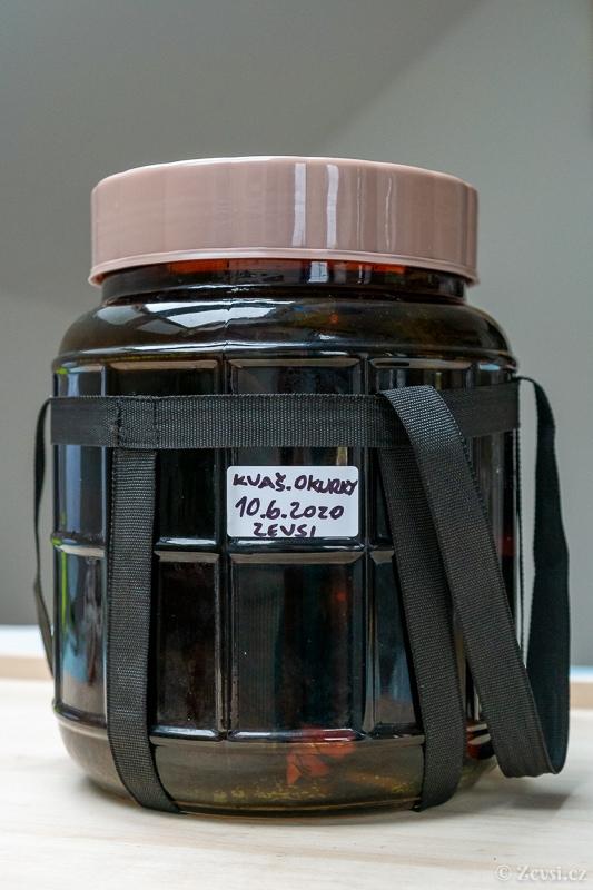 5litrová kvasná nádoba z hnědého skla.