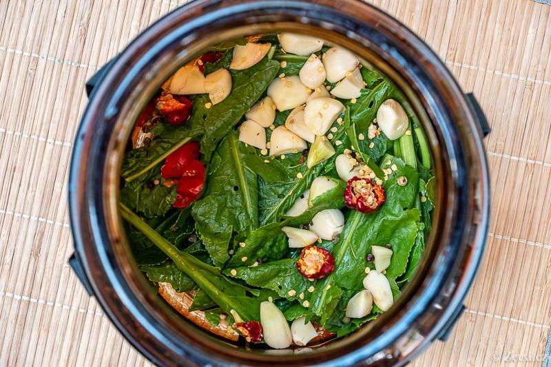 Podklad okurek – křenové listy, česnek, černý pepř, kopr, chilli papričky.