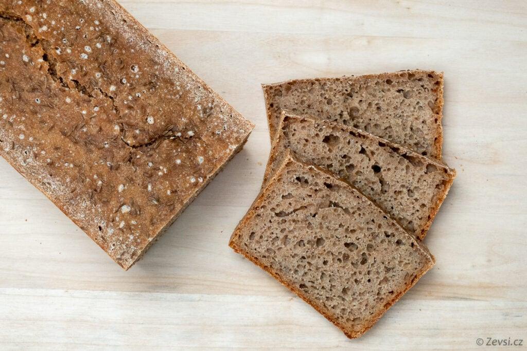 Špaldový celozrnný kváskový chléb.