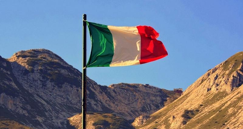Italská vlajka v podvečerním slunci.