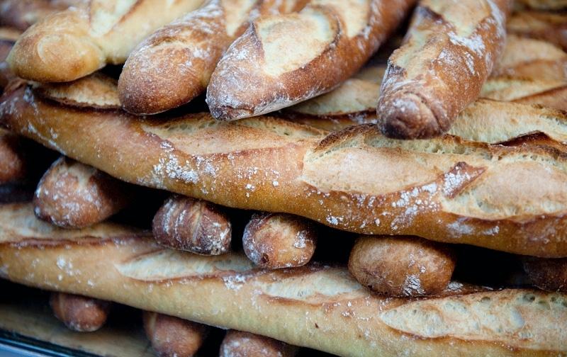 Mnoho baget – francouzský chléb.