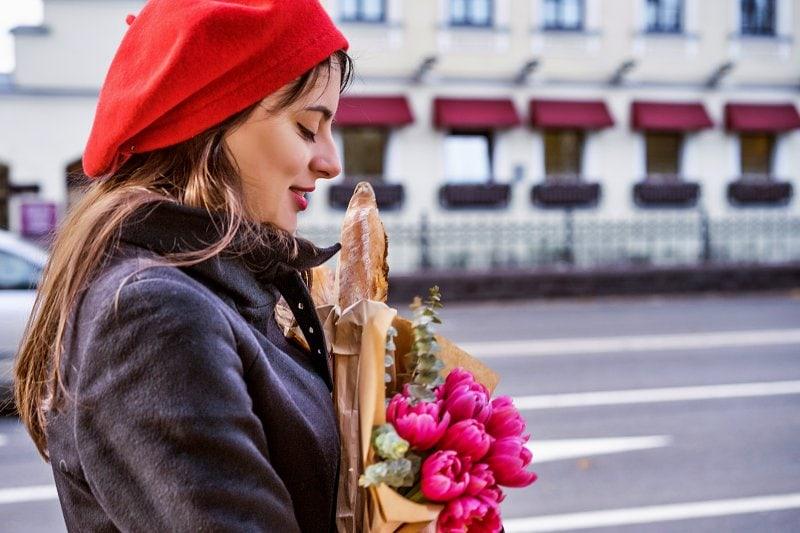 Francouzka, květiny a bagety.