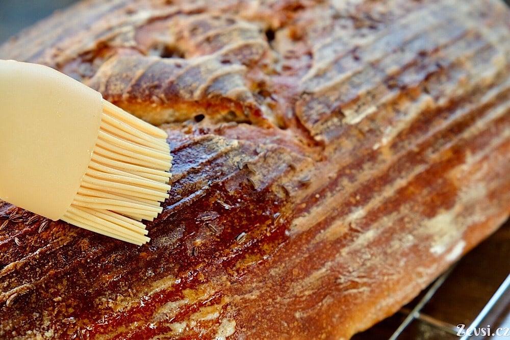 Proč a čím potírat chleba během pečení?