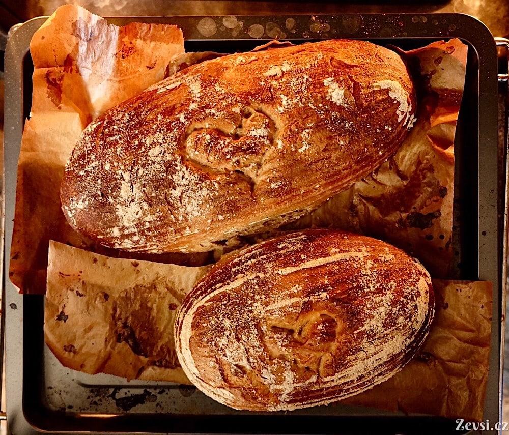 Upečené bochníky voňavého domácího chleba.