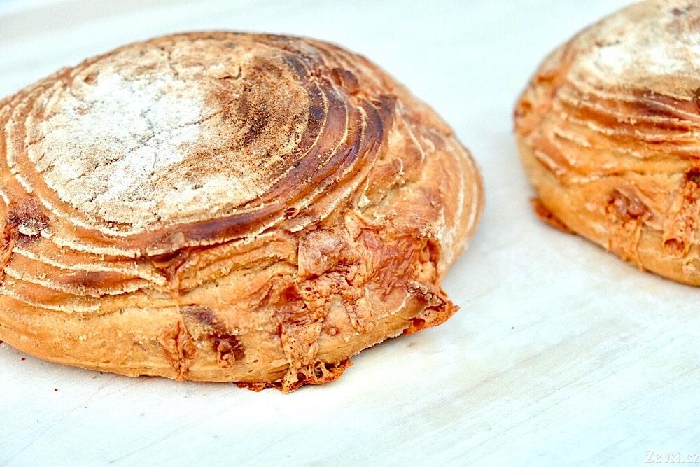 Casatiello v netradičním tvaru, s tradičně lehce vytečeným sýrem.