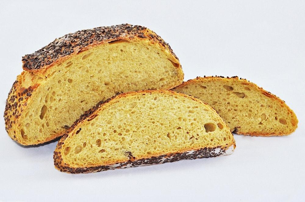 Chléb z obilniny Tritordeum má nažloutlou barvu.