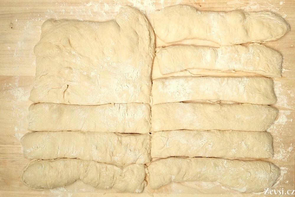 Rozdělená placka těsta na jednotlivé chleby, bagety.