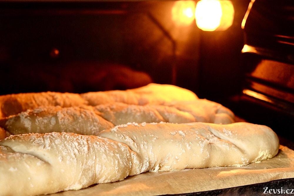 Francouzské chleby – bagety v troubě.