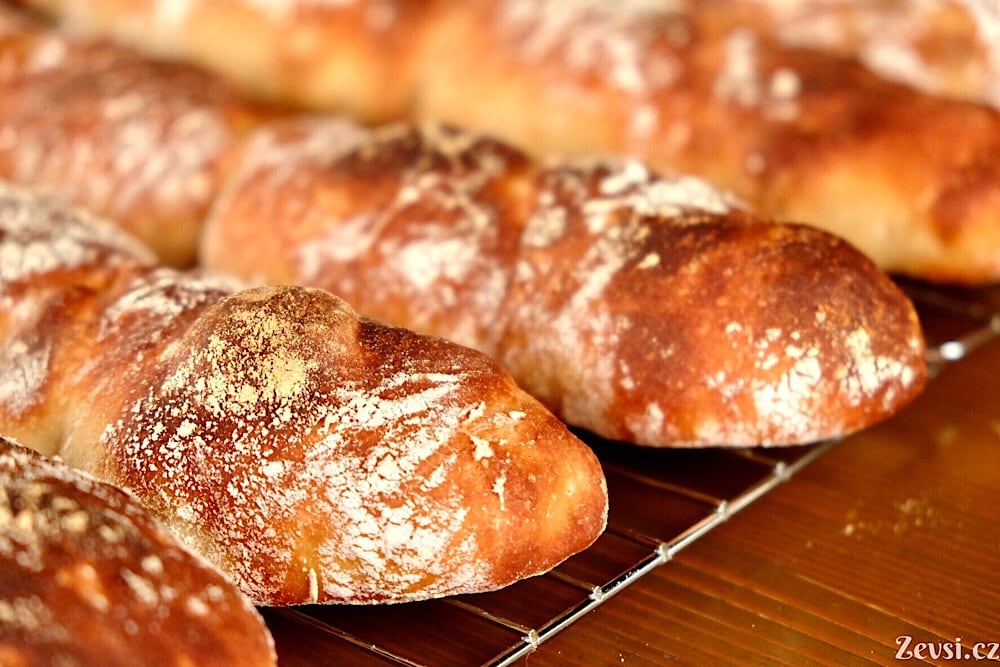 Dozlatova upečený rustikální francouzský chléb – bagety Pain à Ľancienne.