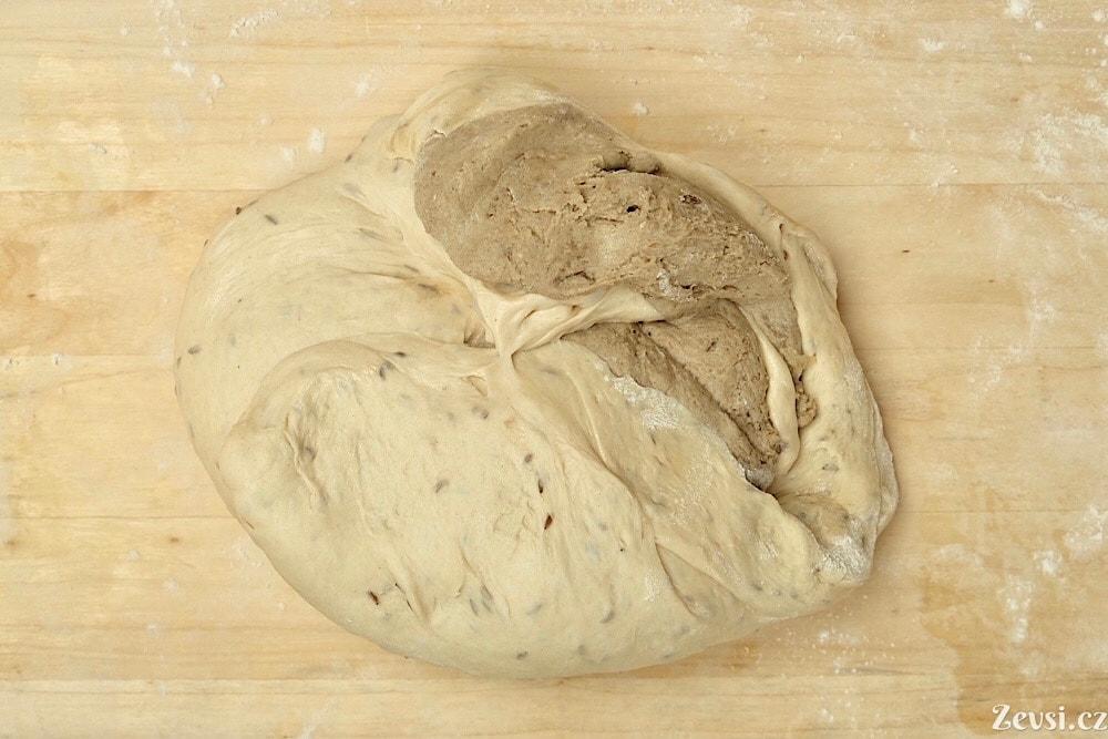 Smíchání prefermentů – pâte fermentée a žitného rozkvasu.